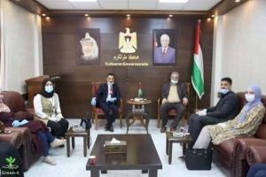 """محافظ طولكرم عصام أبو بكر يلتقي وفداً من شركة """"Green-t"""" الطلابية"""